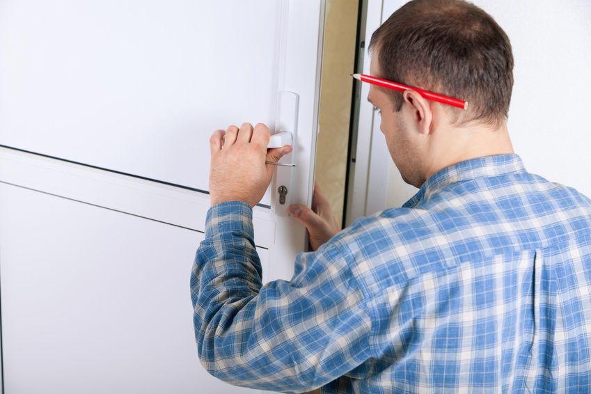 Monteur repariert Türschloss
